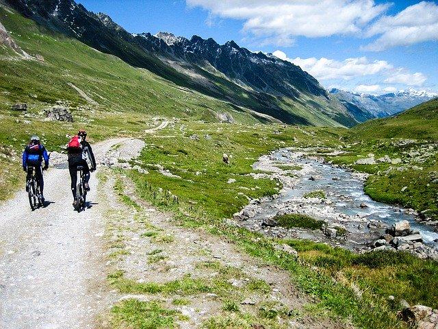 Dwóch rowerzystów w górach