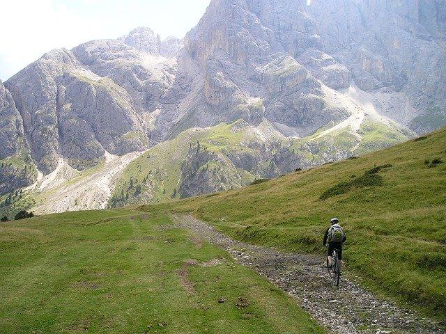Rowerzysta jedzie górską ścieżką