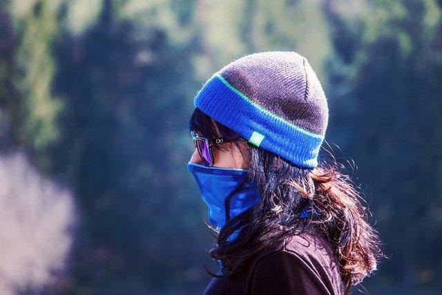 Dziewczyna w czapce i masce